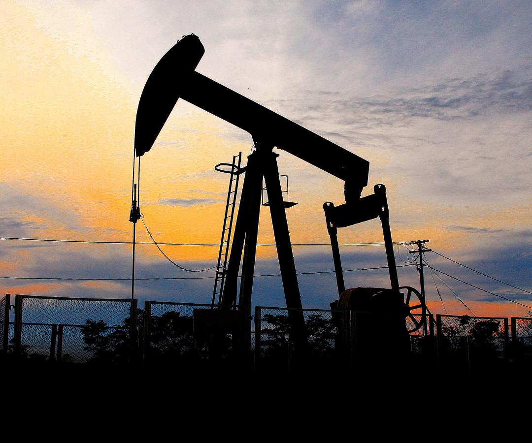 El precio del petróleo Brent cae por las renovadas restricciones y la fortaleza del dólar