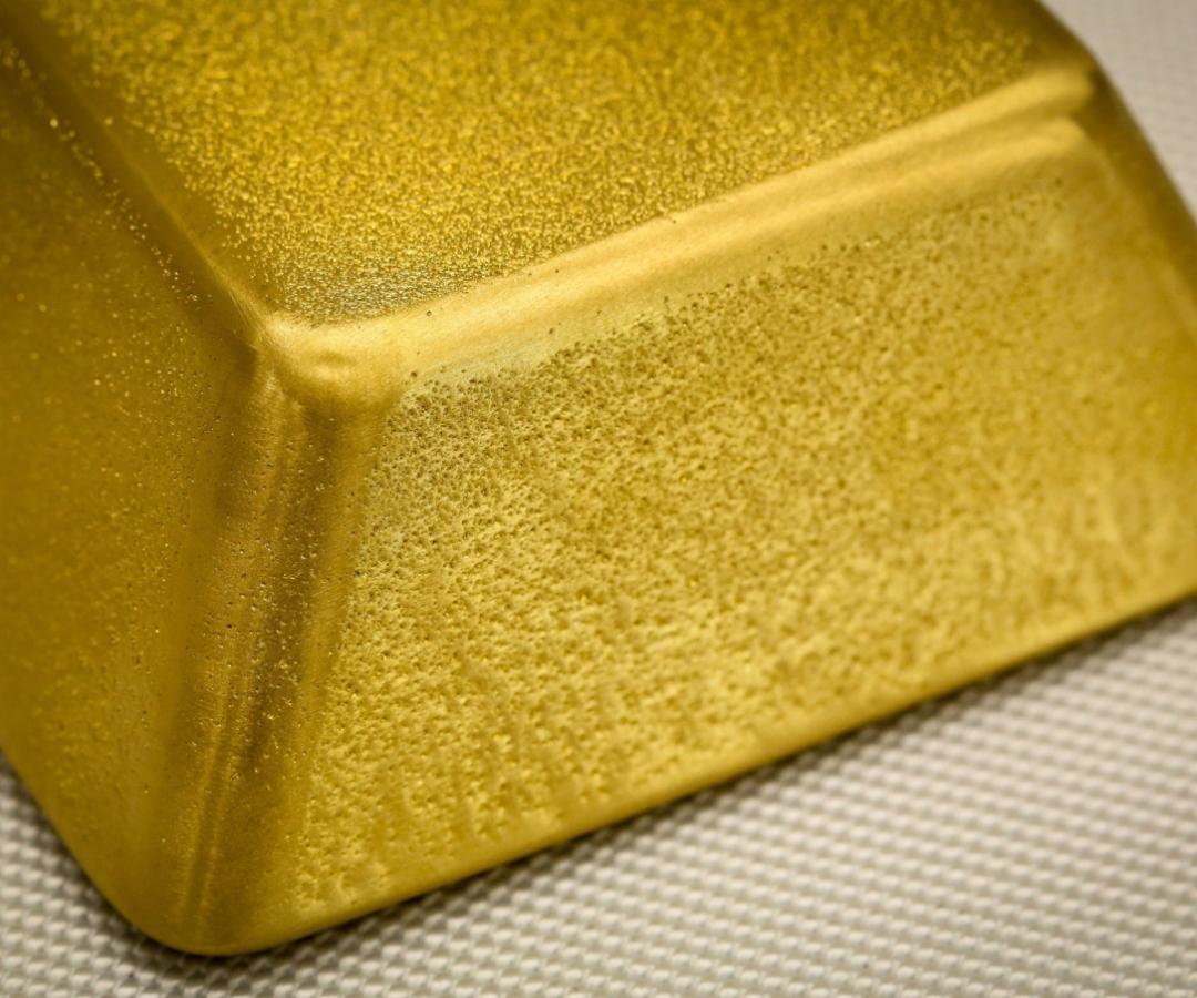 El oro se mueve por encima de los US$1,800 mientras los datos de EE. UU. decepcionan