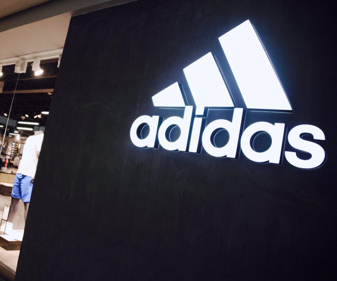 esposa Fuera batería  Adidas dice que problemas de suministros frenarán sus ventas en primer  semestre
